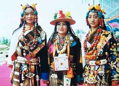 首届民族服装服饰博览会青海代表队藏族贵族服装