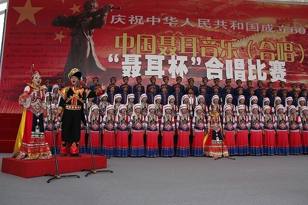 聂耳音乐节舞台表演民族服饰