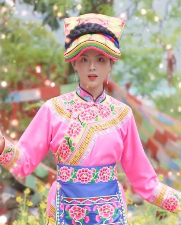 杨超越穿民族服饰
